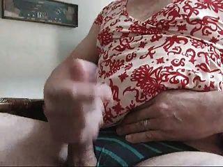 Levantándose mientras llevaba el vestido, los talones y las bragas de los wifes