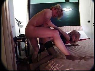 Tranny rubia caliente llevando medias negras chupa un pene grande y se la follan