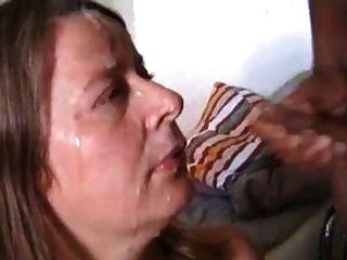 Mujer blanca recibir esperma de dos gallo en la cara