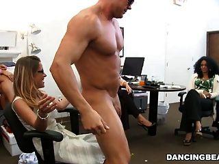 Caliente rubia oficina geek chupa sorpresa stripper gallo