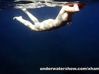 Linda nastya natación desnuda en el mar