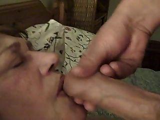Vieja sirvienta pervertida recibe semen en su cara