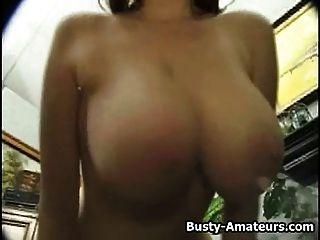 Kathryn sacudiendo sus tetas pechos y masturbarse en la leva
