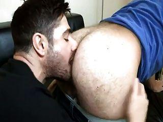 Culo peludo recibe una lengua de sujeción