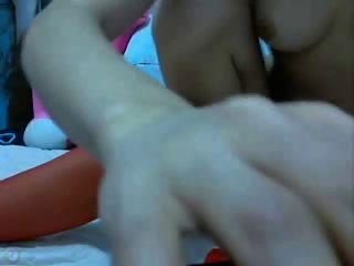 Chino flaco burlándose y jugando con consoladores anal