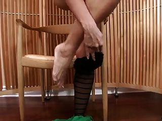 Milf sexy en tiras de pantyhose y se masturba