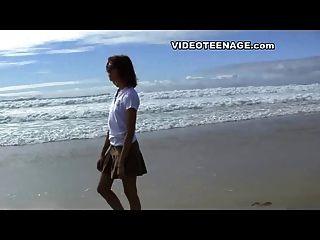 Adolescente sexy en la playa