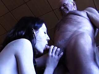 El abuelo consigue una mamada