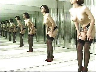 Juguetona morena baila en medias negras