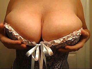 Curvy busty chica en un corsé
