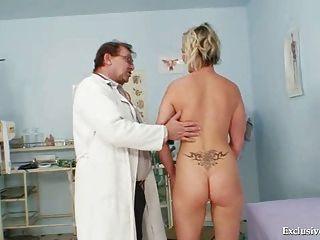 Gabriela caliente desnuda en la oficina de gyno