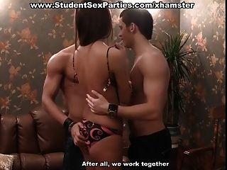 Orgía de tres en la fiesta de sexo de los estudiantes