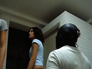 Dos chicas golpearon a los esclavos
