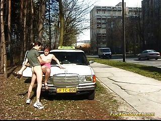 Nena se folla en la calle mientras los coches pasan por