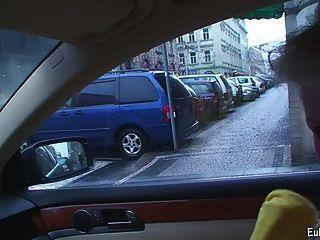 Aneta muestra mamada y follando en el coche