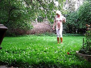 Jeannet fuentes desnudándose en el jardín