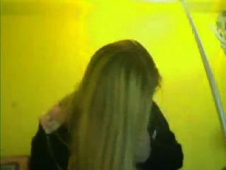 Chica muestra tetas en la webcam