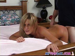 Linda rubia folla por primera vez en la cámara