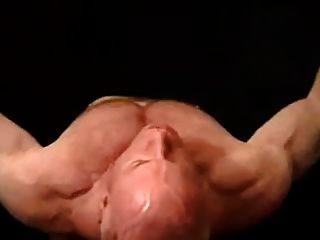 Muscle hunk tom lord muestra sus músculos y cums duro