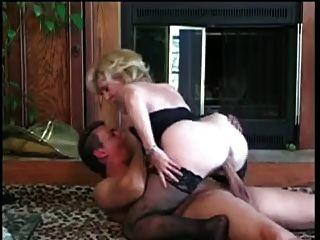 El zorro del gatito consigue una carga agradable de un hombre joven