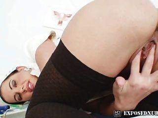 Enfermera uniforme vistiendo sandra coño masturbación en gyno