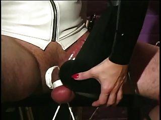 Amante en látex y nylons cuidando de sus esclavos dick grande