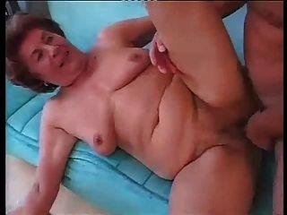 Gran abuela alemana en el sexo anal duro con el hombre joven