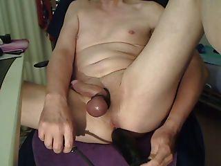 Enorme consolador inflable en apretado culo afeitado