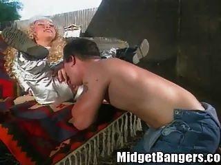 Niño de granja folla un enano midget
