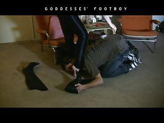 Fumar fetiche femenino dominación en botas de cuero