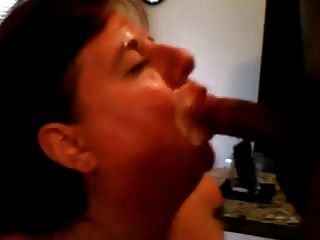 Ella chupa esposo y su amigo