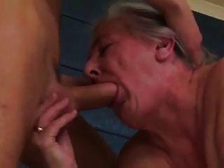 Vieja puta abuelita todavía quiere gallo