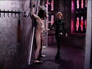 Lolita vestida de látex con ropa interior lolita engañando con sus esclavos dick