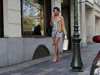 Público adolescente de compras en tacones altos y vestido (+ upskirt)
