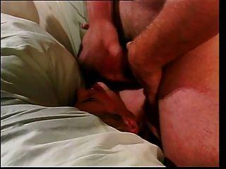 Chica rubia joven se doble en el culo y el coño por dos chicos con suerte