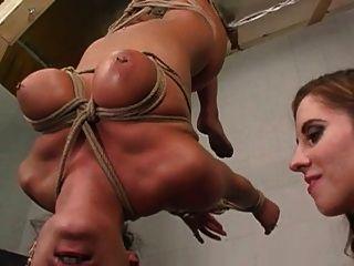 Lesbianas bdsm mujer en esclavitud tit chupar mama chupar sofocar
