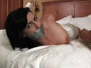 Hogtie y cinta de conducto amordaza hott chick w tatuajes