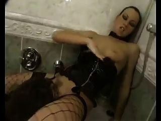 La señora humilla al esclavo en el armario.