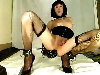 Sexy crossdresser juega solo con un consolador grande