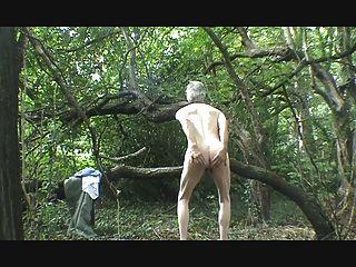 Una tira, wank y semen en el bosque