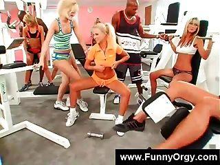 Chicas rubias y chicos negros en un gimnasio