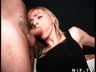 Hermosa chica francesa obtiene una doble penetración