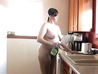 Descalzo y desnudo en la cocina 189