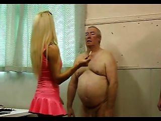 Caliente dominatrix en látex rosa trabaja sobre sus dos esclavos