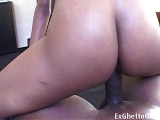 Chica delgada de ébano curvado en un pene enorme