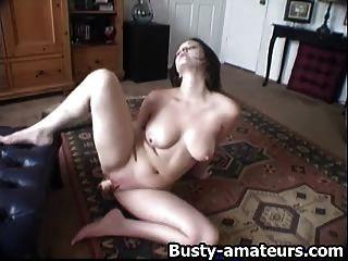 Sexy jennifer toying su coño afeitado