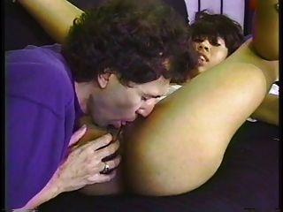 Dulce chica joven negro blanco armado en un futón