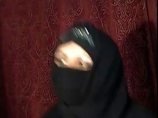 Chica hijab árabe se muestra en cámara