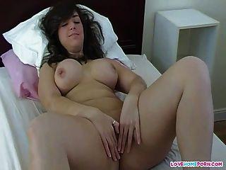 Busty aficionado masturbándose