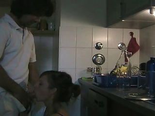 Pareja amateur folla en la cocina